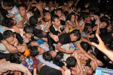 カンボジア水祭り 見物客殺到 375人死亡 橋で転倒、755人負傷 ...